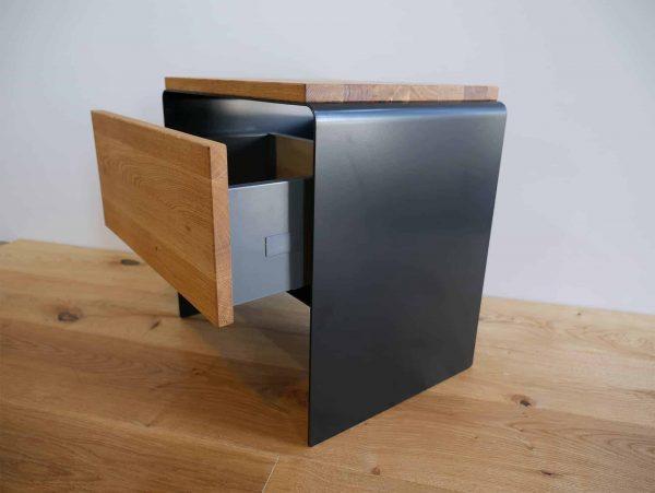 nachttisch-schwarz-holz-metall-eiche-massivholz-wildeiche-modern-design-designer-moebel-fuer-schlafzimmer-mit-soft-close-schublade-stahlzart