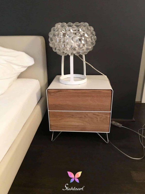 design-nachttisch-fly-high-5-schlafzimmer-interior-weiss-holz-eiche-metall-massivholz-modern-minimalistisch