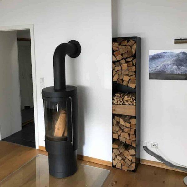 kaminholzregal-metall-aussen-innen-mit-rueckwand-holz-aufbewahrung-regal-schwarz-stahl-design-modern-wohnzimmer-mit-rueckwand-mikado-005