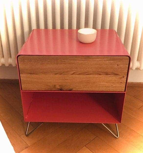 nachttisch-holz-eiche-metall-rot-rose-modern-design-massivholz-wildeiche-eiche-natur-mit-schublade-mit-edelstahl-hairpin-legs-fly-high-3