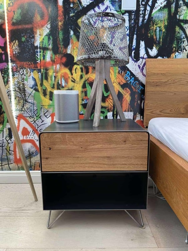 nachttisch-schwarz-grau-eiche-metall-nachtkaestchen-modern-design-massivholz-wildeiche-designer-mit-schublade-schlafzimmer-interior-fly-high-3