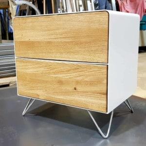 nachttisch-weiss-holz-eiche-metall-design-modern-industrial-massivholz-wildeiche-mit-schubladen-hairpin-fuesse-minimalistisch-fly-high-5