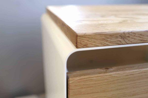 nachttisch-weiss-holz-eiche-metall-design-modern-massivholz-mit-schublade-wildeiche-stahl-mystery-rundung-detail