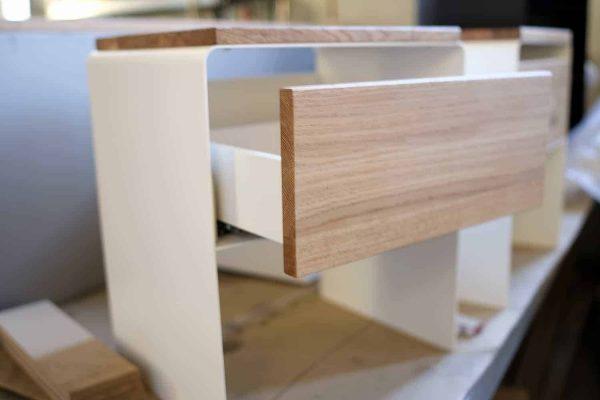 nachttisch-weiss-holz-eiche-metall-design-modern-massivholz-mit-soft-close-schublade-wildeiche-stahl-mystery