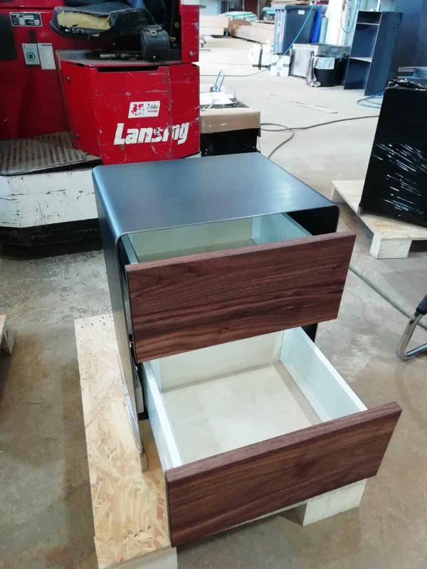 nachttisch-fuer-boxspringbett-nachtschrank-schwarz-grau-nachtkaestchen-nachtkommode-holz-metall-modern-design-massivholz-designer-nussbaum-mit-soft-close-schubladen-stahl