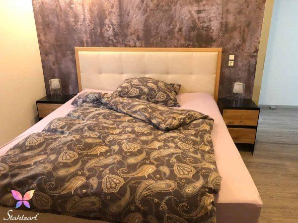 nachttisch-fuer-boxspringbett-nachtschrank-schwarz-nachtkaestchen-nachtkommode-holz-eiche-metall-modern-design-massivholz-wildeiche-schlafzimmer-interior