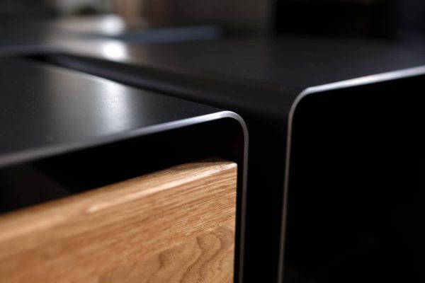nachttisch-holz-eiche-schwarz-grau-metall-modern-design-mit-schublade-hocker-detail