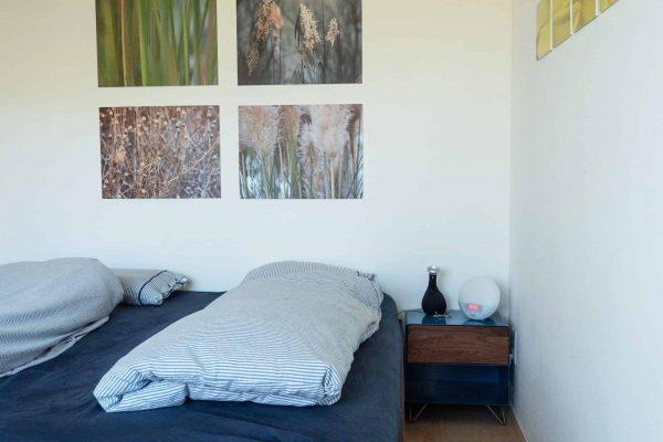 nachttisch-nachtkonsole-nachtschrank-nachtkaestchen-nachtkommode-holz-metall-modern-design-nussbaum-blau-interior-fly-high-3