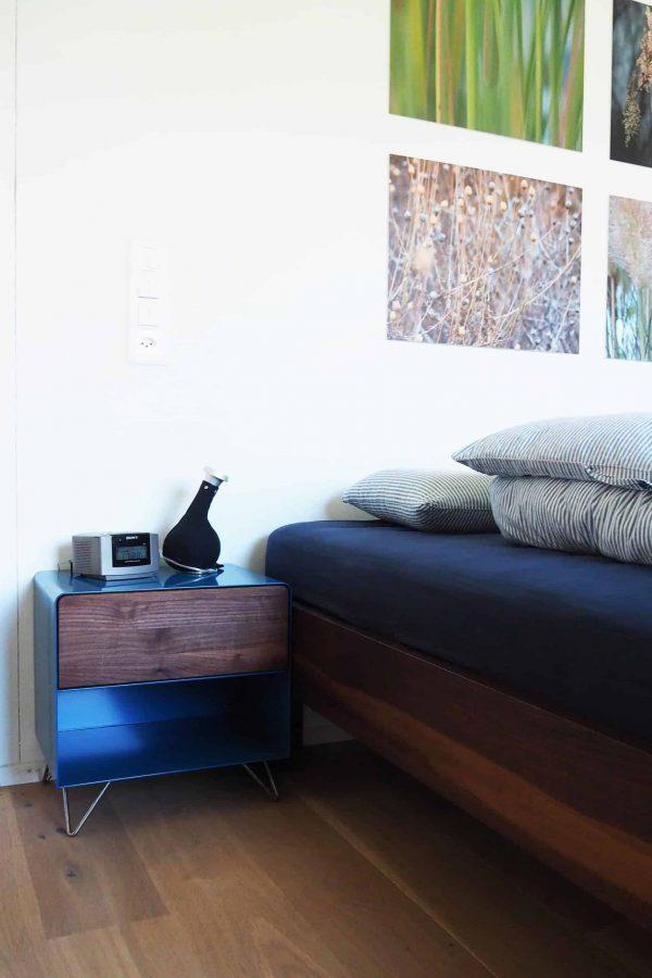 nachttisch-nachtkonsole-nachtschrank-nachtkaestchen-nachtkommode-holz-metall-modern-design-nussbaum-blau-schlafzimmer-fly-high-3