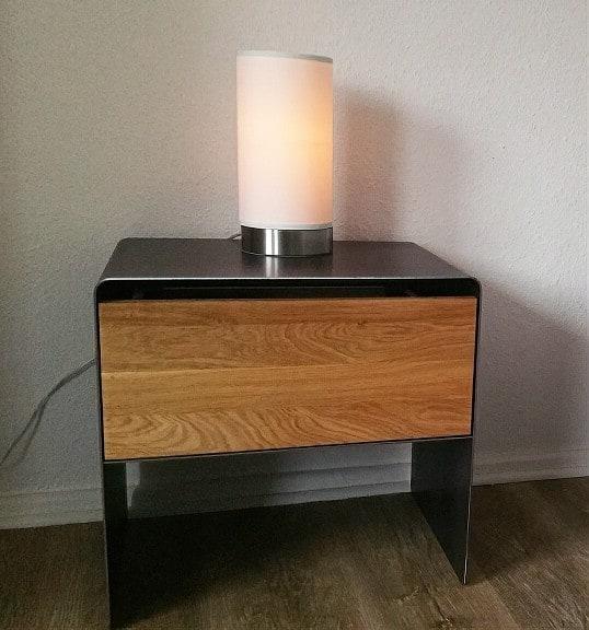nachttisch-schwarz-grau-holz-eiche-metall-modern-design-industrial-massivholz-wildeiche-mit-schublade-schlafzimmer-minimalistisch-aari-stahlzart