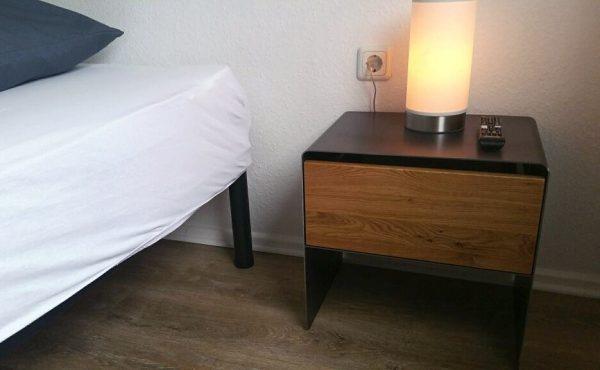 nachttisch-schwarz-grau-holz-eiche-metall-modern-design-industrial-massivholz-wildeiche-stahl-mit-soft-close-schublade-schlafzimmer-aari-stahlzart
