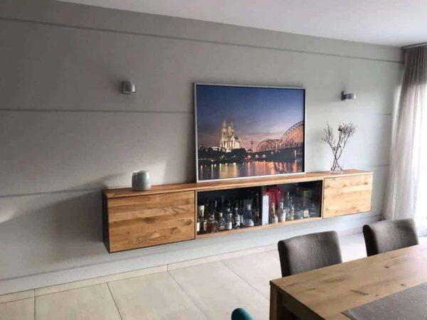 barschrank-sideboard-wohnzimmer-haengend-modern-holz-design-eiche-metall-glas-schwarz-stahl-interior-mit-koelner-dom-bild