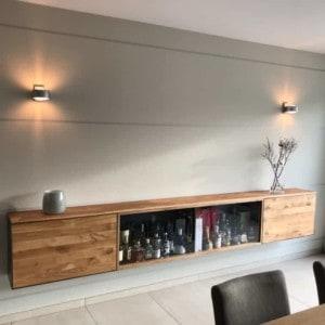 barschrank-sideboard-wohnzimmer-haengend-modern-holz-design-eiche-metall-glas-schwarz-stahl-interiordesign