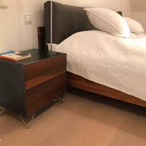 design-nachttisch-holz-schwarz-grau-metall-modern-design-massivholz-nussbaum-mit-schubladen-edelstahl-stahl-schlafzimmer-fly-high-5