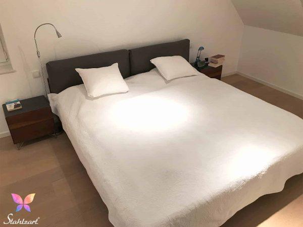 design-nachttisch-holz-schwarz-grau-metall-modern-design-massivholz-nussbaum-mit-schubladen-edelstahl-stahl-schlafzimmer-interior-fly-high-5