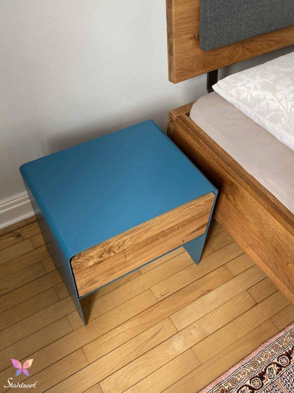 stahlzart-nachttisch-holz-eiche-metall-design-modern-massivholz-wildeiche-enzianblau-schlafzimmer-interior-mnmlsm-mystery-detail