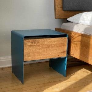 stahlzart-nachttisch-holz-eiche-metall-design-modern-massivholz-wildeiche-enzianblau-schlafzimmer-interior-mnmlsm-mystery
