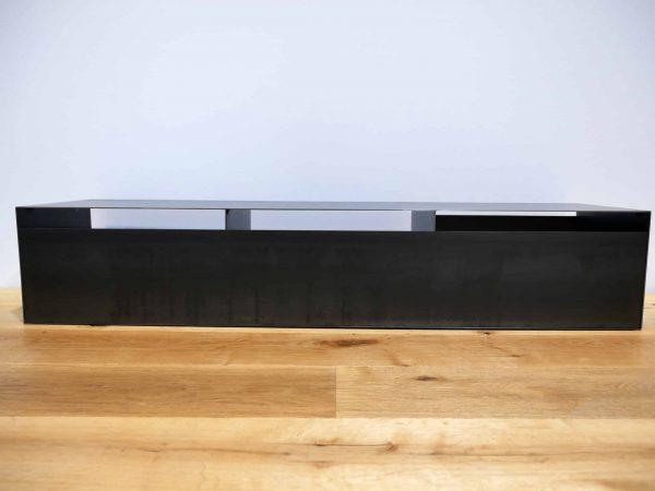 lowboard-tv-holz-schwarz-eiche-grau-massivholz-industrial-design-metall-modern-designer-wildeiche-industriedesign-stahl-schwarzstahl-zunderstahl-rueckwand-stahlzart