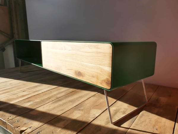design-lowboard-tv-holz-eiche-metall-modern-designer-massivholz-wildeiche-minimalistisch-mit-schublade-mit-kufen-fuessen-gruen-stahlzart-hollywood-1s