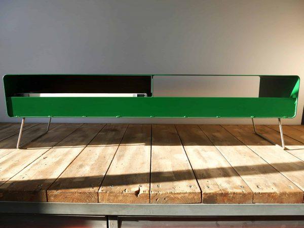 design-lowboard-tv-holz-eiche-metall-modern-designer-massivholz-wildeiche-wohnzimmer-mit-halboffener-rueckwand-mit-kufen-fuessen-gruen-stahlzart-hollywood-1s