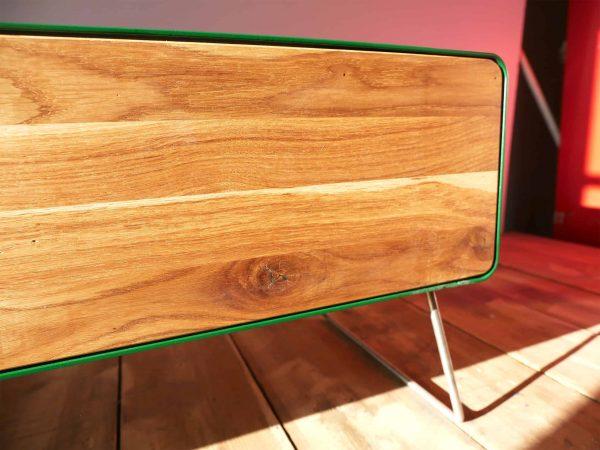 design-lowboard-tv-holz-eiche-metall-modern-designer-massivholz-wildeiche-wohnzimmer-mit-schublade-detail-gruen-stahlzart-hollywood-1s