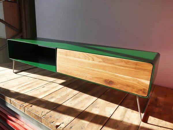 designer-lowboard-tv-holz-eiche-metall-modern-design-massivholz-wildeiche-wohnzimmer-tv-board-designermoebel-gruen-stahlzart-hollywood-1s