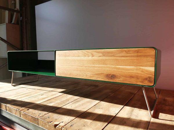 lowboard-tv-holz-eiche-metall-modern-design-massivholz-wildeiche-wohnzimmer-tv-board-mit-kufen-fuessen-designermoebel-gruen-stahlzart-hollywood-1s