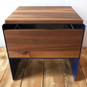 nachttisch-holz-metall-modern-design-massivholz-nussbaum-blau-mit-schublade-minimalistisch-stahlzart-mystery