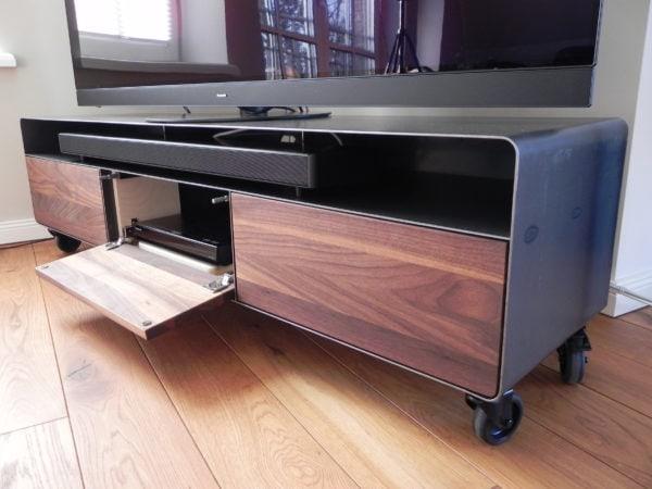 lowboard-tv-holz-schwarz-grau-design-metall-modern-industrial-massivholz-nussbaum-mit-offener-klappe-fuer-soundbars-wohnzimmer-mit-rollen-designermoebel-nach-mass