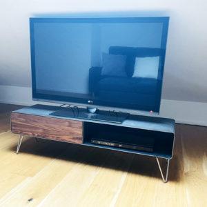 lowboard-tv-holz-schwarz-grau-design-metall-modern-industrial-massivholz-nussbaum-mit-schublade-mit-hairpin-edelstahl-fuessen-rohstahl-stahlzart