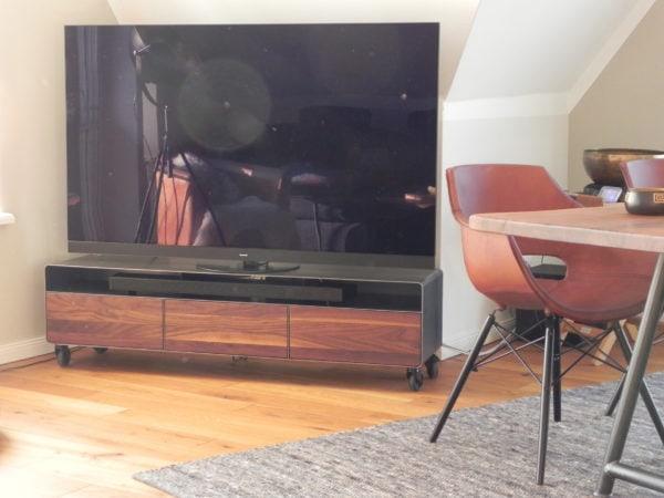 lowboard-tv-holz-schwarz-grau-design-metall-modern-industrial-massivholz-nussbaum-mit-schubladen-klappe-fuer-soundbars-wohnzimmer-stahl-mit-rollen-minimalistisch