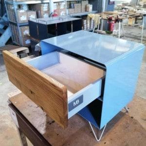 nachttisch-holz-eiche-metall-modern-design-industrial-massivholz-wildeiche-mit-push-to-open-schublade-schlafzimmer-stahl-blau-stahlzart-fly-high-3