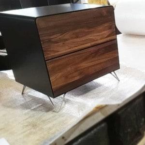 nachttisch-schwarz-holz-metall-modern-design-industrial-massivholz-nussbaum-mit-schubladen-mit-edelstahl-hairpin-fuessen-fly-high-5-stahlzart