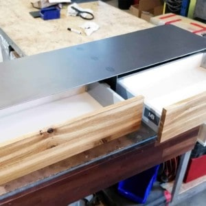 tv-lowboard-schwarz-grau-holz-eiche-modern-design-industrial-massivholz-wildeiche-mit-rollen-mit-2-push-to-open-schubladen-stahlzart-hollywood-2