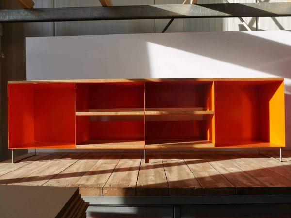 tv-sideboard-holz-eiche-metall-modern-design-industrial-massivholz-wildeiche-designermoebel-orange-mit-6-offenen-faecheren-minimalistisch-wohnzimmer-stahlzart