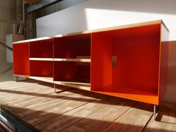 tv-sideboard-holz-eiche-metall-modern-design-industrial-massivholz-wildeiche-designermoebel-orange-stahl-minimalistisch-wohnzimmer-stahlzart