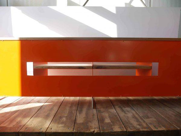 tv-sideboard-holz-eiche-metall-modern-design-industrial-massivholz-wildeiche-rueckwand-mit-kabel-schlitzen-detail-designermoebel-orange-stahl-wohnzimmer-stahlzart
