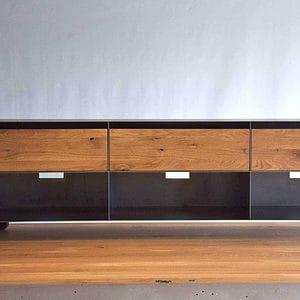 sideboard-tv-schwarz-grau-holz-eiche-metall-modern-design-industrial-massivholz-wildeiche-mit-schubladen-auf-rollen-stahl-stahlzart-now